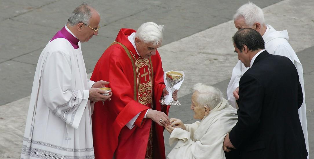 Gemeinsam? Geht doch! Beim Requiem für Johannes Paul II. reicht Kardinal Ratzinger (M.) im Jahr 2005 dem evangelischen Theologen Roger Schutz, Gründer der Gemeinschaft von Taizé, die Kommunion. (Foto: pa/ Pressefoto Ulmer)