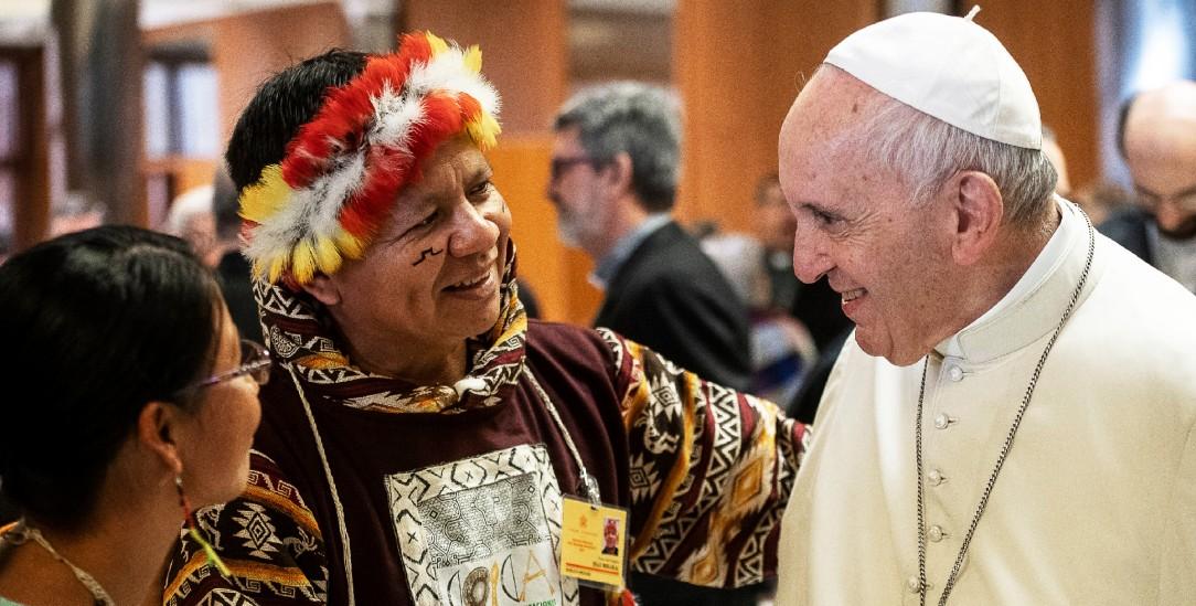 Papst Franziskus mit Indigenen auf der Amazonas-Synode im Vatikan (Foto: KNA)
