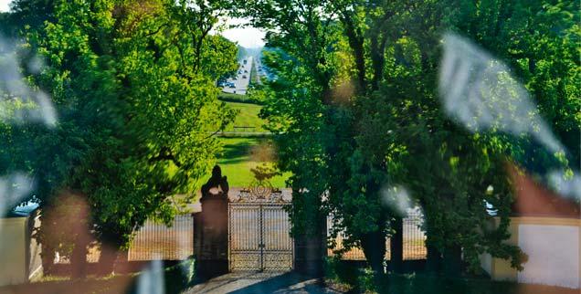 Vergangenheit trifft Gegenwart: Blick aus dem Garten von Barockschloss Fürstenried auf das weit entfernte Zentrum von München. Der Weg dorthin ist heute eine Autobahn. Dass die Gesellschaft für eine Glaubensreform jüngst ausgerechnet in Fürstenried ihre erste Jahrestagung abhielt, war symbolisch. Hier waren Spurenleser unterwegs, die das Christentum aus dem Gestern ins Morgen führen wollen. (Foto: glaubensreform/Teymurian)