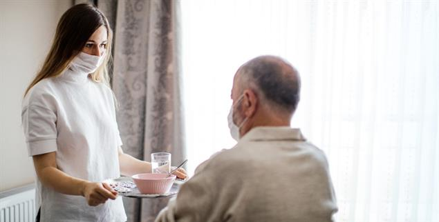 Systemrelevant, aber schlecht bezahlt: Altenpflegerin (Foto: istockphoto/ozgurcankaya)
