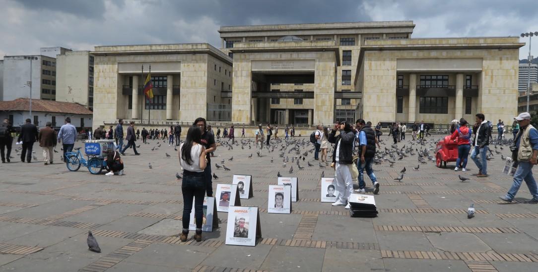 Vor dem Justizpalast in Bogotá: Menschenrechtler fordern Aufklärung und Entschädigung (Foto: Henkel)