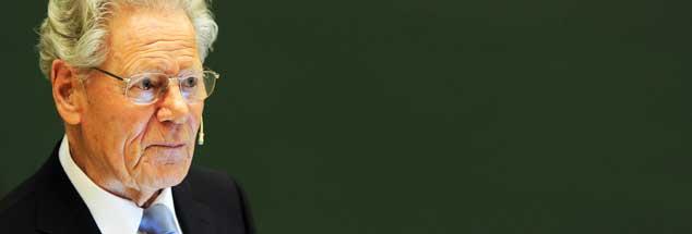 Der katholische Theologe Hans Küng will, dass Papst Franziskus nicht nur für die Armen außerhalb der Kirche streitet. Das schreibt er in einem Meinungsbeitrag, der am 11. Oktober 2013 in Publik-Forum erscheint. (Foto: pa/Bockwoldt)