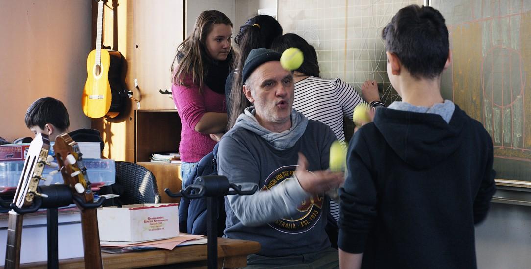Herr Bachmann unterrichtet auf seine eigene Art (Foto: © Madonnen Film)