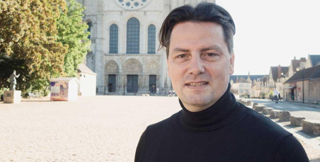 Der Musiker und Komponist Helge Burggrabe vor der Kathedrale von Chartres (Foto: Uwe Birnstein)