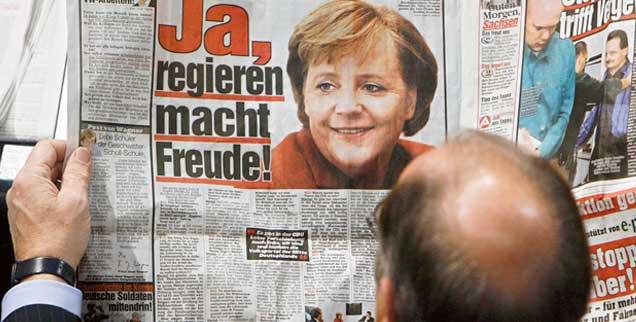 Bild und Merkel sind seit Langem verbunden: Am 22. November 2006 liest ein Abgeordneter schon in der Zeitung, was die Kanzlerin im Bundestag sagen wird (Foto: pa/Kumm)