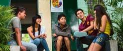 Jugendarbeit, trotz Bandenkrieg möglich und erfolgreich: Plausch vor der Casa de la Juventud. (Foto: Pohl/Adveniat)