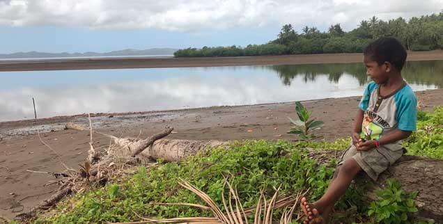Ein Junge auf den Fidschi-Inseln, die vom steigenden Meeresspiegel bedroht werden. Der Staat im Pazifik ist Ausrichter der diesjährigen Klimakonferenz, die in Kooperation mit Deutschland in Bonn stattfindet (Foto: pa/Sator)