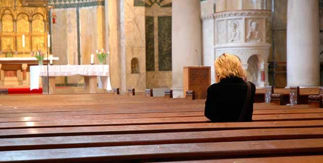 »Die aktiven Katholiken in Deutschland tragen in ihrer großen Mehrheit die vormoderne Ordnung der Kirche nicht mehr mit. Sie ertragen sie nur noch. Und jedes Jahr sind es Zigtausende, die die Last abwerfen und austreten«, schreiben die Theologen in ihrem Offenen Brief. Leere Kirchen sind die Folge (Foto: pa/Steinach)