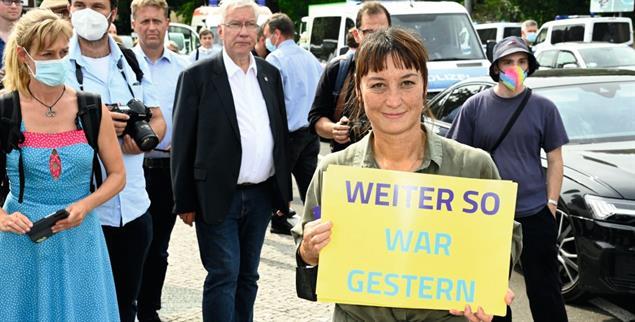 In den Bundestag ohne Partei? Lu-Yen Roloff will Annalena Baerbock und Olaf Scholz in Potsdam das Direktmandat abluchsen. (Foto: pa/Frederic Kern/Geisler-Fotopress)