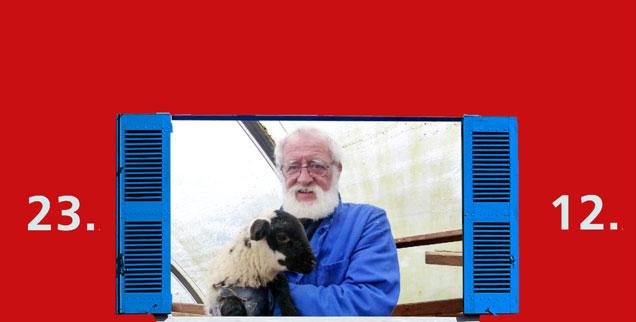 Was sehen wir hier? Einen Pfarrer und ein schwarzes Schaf? Oh nein! Wir sehen den Hirten Jürgen Ackermann mit einem sanftmütigen Lamm aus seiner 36-köpfigen Herde. (Foto: Dobstadt)