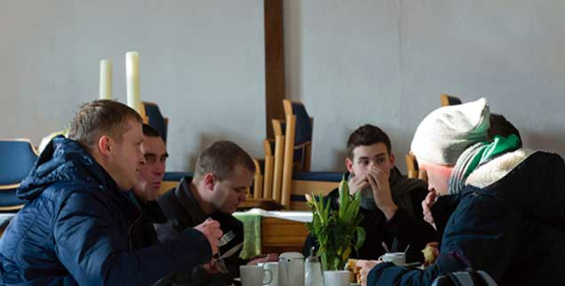 Besucher der Suppenküche in Bad Doberan (Mecklenburg-Vorpommern): Täglich kommen zwischen 80 und 100 Bedürftige hier zum Mittagessen. Die Suppenküche der Münstergemeinde existiert seit 2008. Sie wurde hauptsächlich mit Spenden, aber auch mit eigenen Mitteln finanziert. (Foto: pa/Büttner)