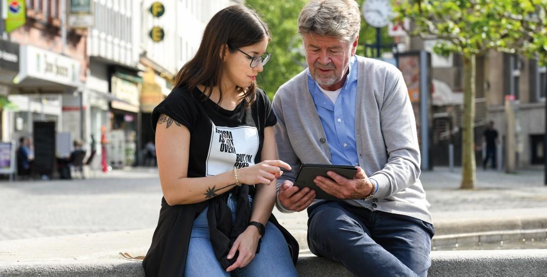 Jung hilft Alt: Einführung in die Welt des Digitalen (Foto: Caritas)