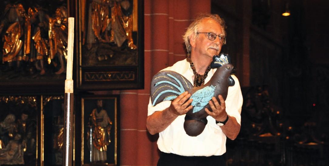 Ein Hahn als Symbol der Wachsamkeit: Wolfgang Kessler mit dem Walter-Dirks-Preis im Frankfurter Dom (Foto: Zegelman / Bistum Limburg)