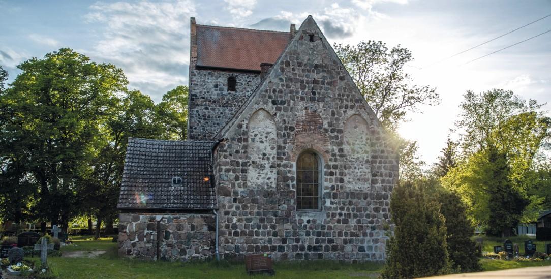 Die Dorfkirche im brandenburgischen Börnicke-Bernau (Foto: imago images/Andreas Gora)
