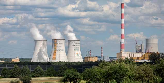 Das Kraftwerk Jaworzno in Polen: Noch immer wird mehr als 80 Prozent des Stroms im Land der diesjährigen Weltklimakonferenz durch die klimaschädliche Kohleverbrennung gewonnen (Foto: pa/Woitas)