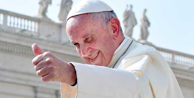 Ein Papst macht gute Stimmung: Franziskus - hier zu sehen bei einer Generalaudienz auf dem Petersplatz im Oktober 2017 - ist weltweit beliebt, kommt aber mit seinem Reformwillen im Vatikan nicht bei allen gut an. (Foto: pa/Ulmer/Lingria)