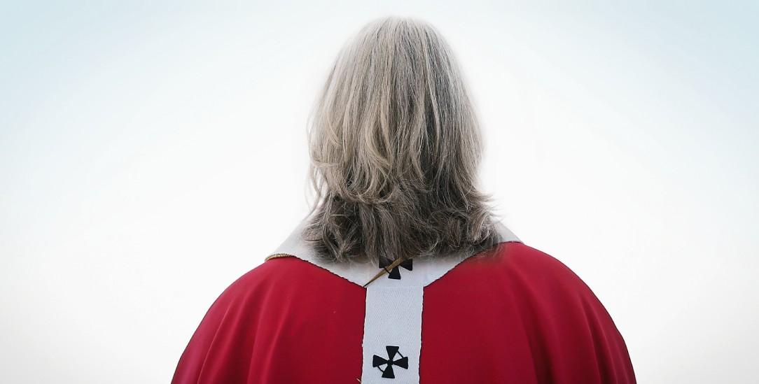 Was wäre wenn die katholische Kirche ihre Ämter für Frauen öffnen würde? Eine Zeitreise ins Jahr 2039 (Fotomontage: kna; Hero Images Inc./Alamy Stock Photo)