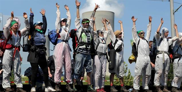 Fordern mehr Klimaschutz: Umweltaktivisten blockieren eine Bahnstrecke zwischen den Braunkohlekraftwerken Neurath und Niederaußem. (Foto: pa/dpa)