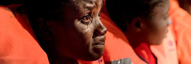 Geflüchtete auf hoher See vor der libyschen Küste: Wäre ihnen geholfen, wenn sie ihren Asylantrag nicht erst in Europa stellen könnten, sondern es bereits in Libyen Hotspots gäbe? Solche Registrierungszentren fordern europäische Politiker immer wieder (Foto: pa/ Laurin Schmid)
