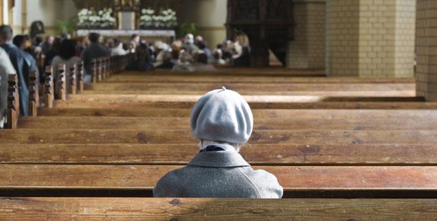 """""""Die Kirche zu verändern ist ebenso schwer, wie einen Friedhof zu verlegen: Es mangelt an der Mitarbeit von unten"""", sagt Pfarrer und Kabarettist Fabian Vogt. (Foto: iStock/Getty/kulicki)"""