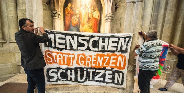 Dom St. Peter in Regensburg: Demo für ein Bleiberecht von Flüchtlingen. (Foto: pa/ Weigel)