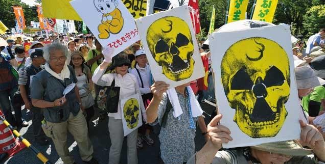 Atompolitik in Japan: Während die Regierung nach dem Gau von Fukushima weitermacht wie gehabt, wächst der Widerstand in der Bevölkerung. Im Juli  2012 (unser Foto) demonstrierten fast 200.000 Menschen in Tokio gegen die Atompolitik: Weitere Demos sind für den Herbst geplant.(Foto: pa/Kyodo/MAXPPP)