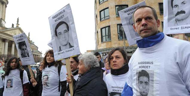 Mit Fotos der Mordopfer erinnern am 23. Februar 2012 Menschen in Berlin an die Mordserie von Neonazis in Deutschland. (Foto: pa/Settnik)