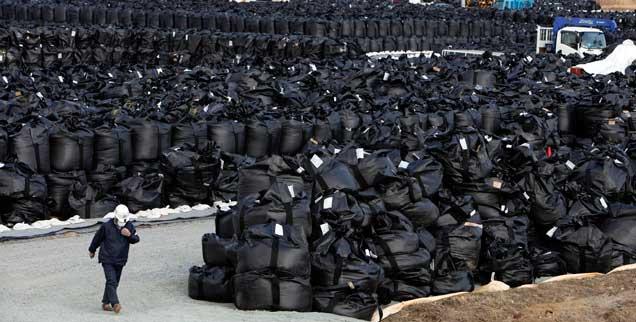 Verstrahlte Erde wird in der Region Fukushima abgetragen, in Plaasticksäcke gepackt und an Sammelstellen gelagert. Es ist unklar, was mit den Millionen Kubikmeter radioaktivem Müll geschehen soll (Foto: pa/Baker)