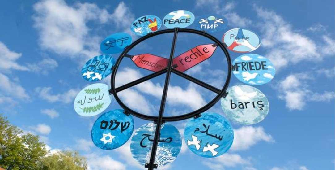 Glaubenstreffen in Lindau: Gemeinsam unterm Friedensbaum (Foto: epd/Neetz)