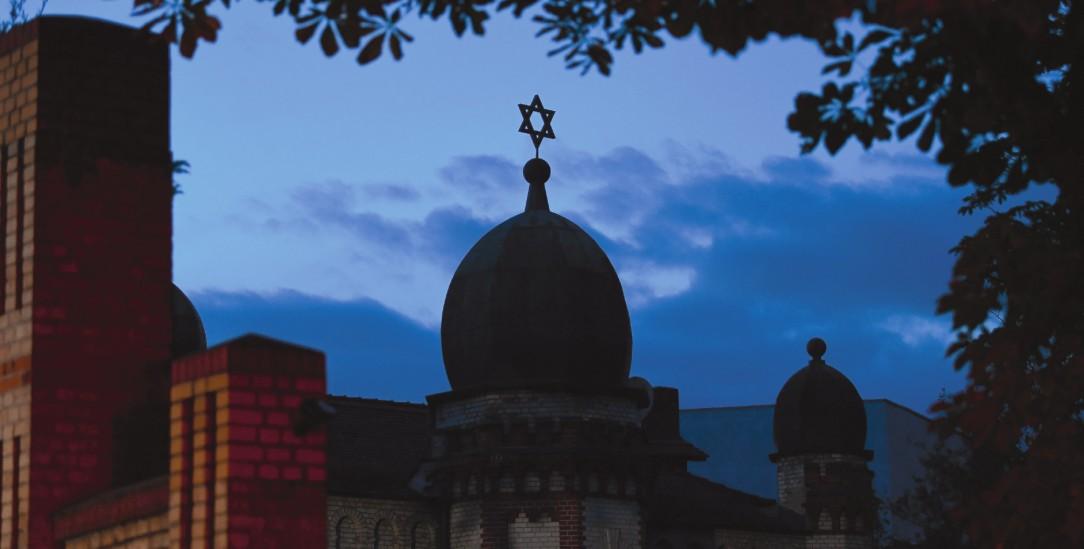 Die Kuppel der Synagoge in der Humboldtstraße als Silhouette vor dem Abendhimmel. Bei einer Attacke in Halle an der Saale waren am 9. Oktober 2019 zwei Menschen erschossen worden. (Foto: pa/dpa/Soeren Stache)
