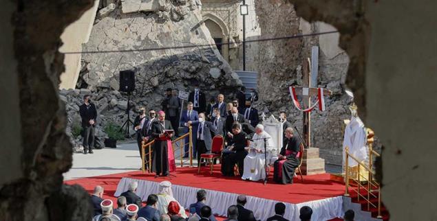 Station in Mossul: Papst Franziskus auf dem Platz der zerstörten Kirchen (Foto: PA/APAndrew Medichini)