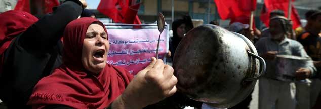 Eine Palästinenserin im Gaza-Streifen protestiert gegen die Einstellung der Hilfszahlungen durch die USA, für die Menschen in Palästina hat der Zahlungsstopp gravierende Folgen  (Foto: Reuters/Ibraheem Abu Mustafa)