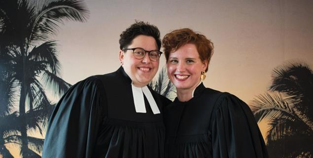 Stefanie (links) und Ellen Radtke zeigen mit ihrem Yotube-Kanal »Anders Amen«, wie gut Kirche und Queerness zusammenpassen (Foto: pa/Steffen)