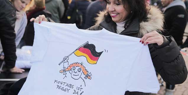 Ein T-Shirt mit der Aufschrift «Montag ist Peggy da!»: Die in Dresden groß gewordene PEGIDA-Bewegung schreit nicht nur gegen den Islam und gegen Ausländer, sondern bemächtigt sich seit Neuestem auch des Feminismus. Sie will jetzt christliche Frauen vor muslimischen Männern retten. Sehr seltsam, findet unser Autor Thomas Gesterkamp. (Foto: pa/Kappeler)