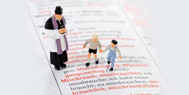 Missbrauch: Ein Begriff aus dem Lexikon, der für manche Priester und ihre kindlichen Opfer auf makabere Weise lebendig wird. (Foto: pa/CHROMORANGE / Weber)