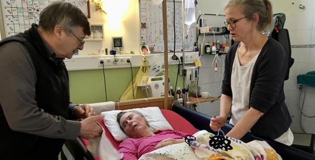 Am besten lebt es sich zu Hause: Renate Schlich, ihr Ehemann Manfred Schlich und Pflegerin Edith Westkemper (Foto: Ursula Rüssmann)