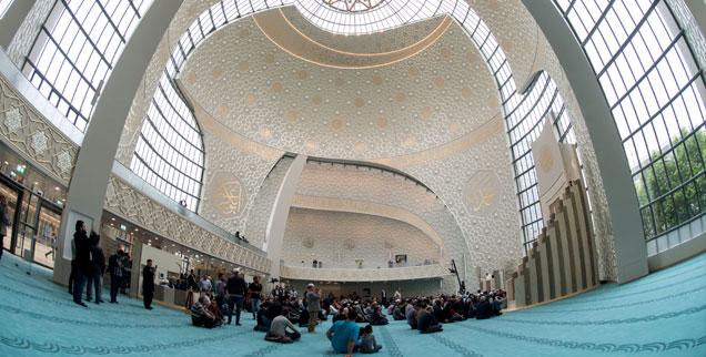 Betende Muslime in der neuen Ditib-Moschee in Köln (Foto: pa/dpa/Marius Becker)