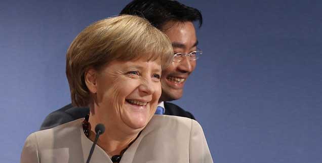Das Dream Team der Reichen, glücklich über den geschönten Armutsbericht: Bundeskanzlerin Angela Merkel, Wirtschaftsminister Philipp Rösler (Foto: pa/ Berg)