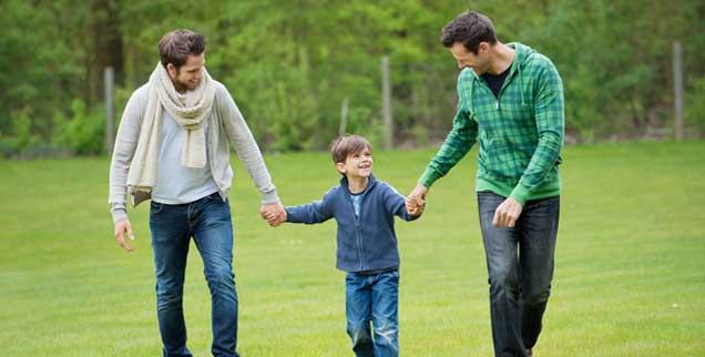 Zwei Männer, ein Kind: Könnte das etwa eine Familie sein? Für den Vatikan ist es keine. Aber auch im Vatikan kann man noch etwas Neues lernen. Kulturelle Sprünge sind grundsätzlich überall möglich.(Foto: pa/Audras)
