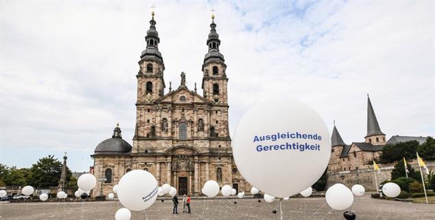 Protest vor dem Dom in Fulda: Missbrauchsüberlebende fordern Gerechtigkeit von der Kirche (Foto: KNA)