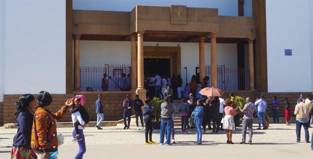 Treffpunkte für Gestrandete: Eingang der Kathedrale von Rabat (Foto: Claudia Mende)