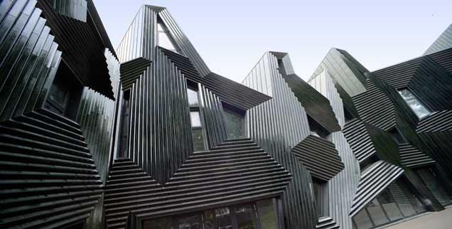 Lichtreflexe, eine einzigartige Form und eine besondere Außenhaut: Die 2010 eingeweihte Synagoge in Mainz beeindruckt durch ihre Architektur (Foto: epd/Neetz)