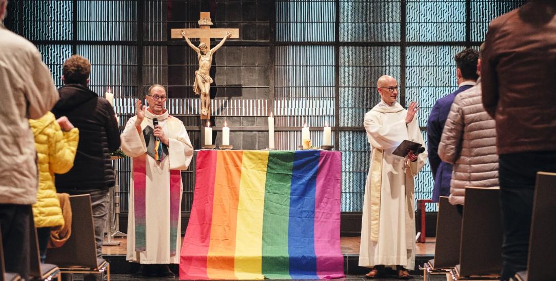 Liebe gewinnt: Die Priester Heiner Dresen und Christian Olding beim Segnungsgottesdienst in Geldern (Foto:KNA)