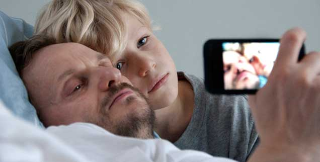 Der Vater stirbt, und die ganze Familie ist betroffen: Der Film zeigt auch das Drama der Angehörigen (Foto: pandora film)