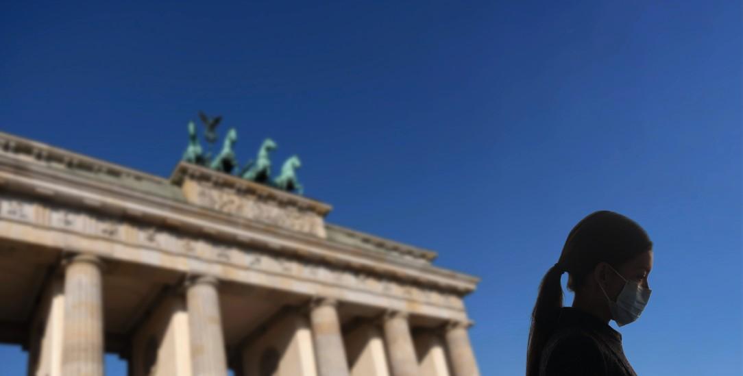 Einsam vor dem Brandenburger Tor: Sind die Kontaktsperren verhältnismäßig? (Foto: Alamy/Maridav)