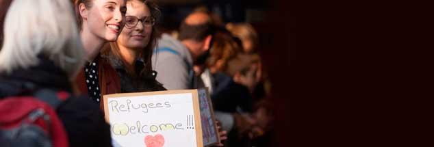 Zahlreiche Menschen in Deutschland haben Flüchtlinge bei ihrer Ankunft, wie hier in München, willikommen geheißen, viele haben sich sogar verpflichtet, eine zeitlang komplett für ihren Unterhalt aufzukommen, doch jetzt sollen sie deutlich länger zahlen, als ihnen Behörden zuvor gesagt hatten (Foto: pa/Peljak)