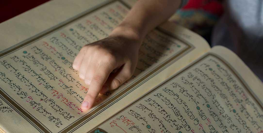 Einführung in den Koran: Wer soll den islamischen Religionsunterricht in Nordrhein-Westfalen mitgestalten? (Foto: Getty Images/iStockphoto/mustafagull)