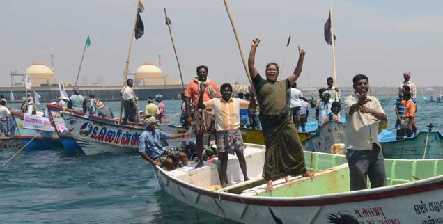 Protest von Fischern gegen die Inbetriebnahme des indischen Atomkraftwerks Kudankulam, das in einem tsunami- und erdbebengefährdeten Gebiet liegt (Foto: pa/Nathan G)