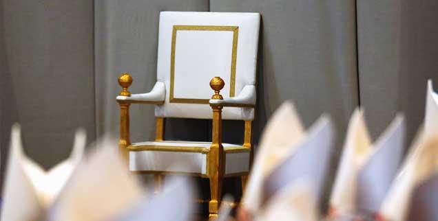 Wer sollte künftig auf diesem päpstlichen Stuhl sitzen? Der Theologe Hermann Häring plädiert für ein Moratorium von zwei Jahren: »Unter den aktuellen Bedingungen führt die Papstwahl zu keinem legitimen Ergebnis.« (Foto: Bianchi/Reuters)