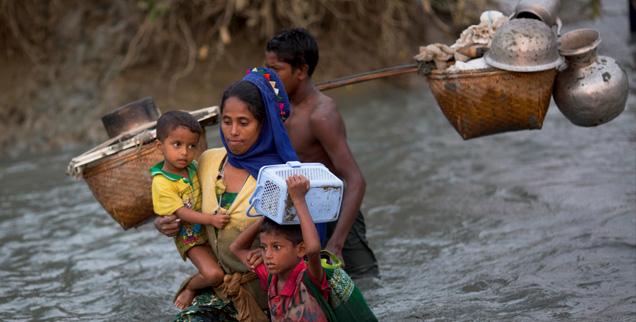 Angehörige der muslimischen Rohingya flüchten von Myanmar nach Bangladesch: Die häufigsten Ursachen von Flucht sind Gewalt und Kriege (Foto: pa/AP/Bernat Armangue)
